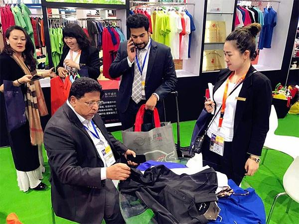 保罗盛世集团参加第七届上海国际职业装博览会与众多行业人士交流沟通